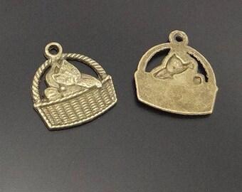 5 Breloques chat dans son panier en métal bronze