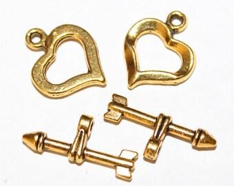 4 Fermoirs toggle forme coeur et flèche en métal doré