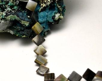 "6 beads, sea shell ""Carré"" 7.5 x 7.5 mm black / white"