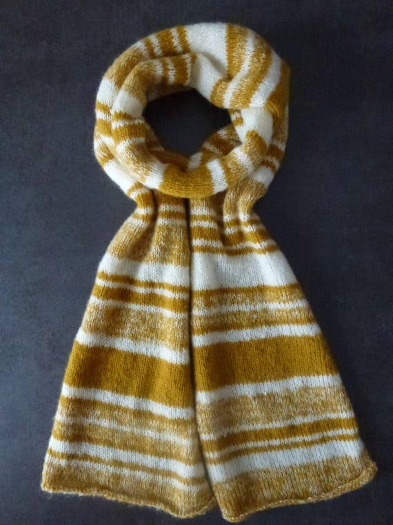 Grande écharpe tendance jaune safran moutarde et ivoire en tricot fait main f540b02dfa9