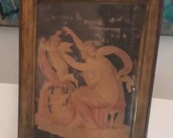 Très rare et charmant français antique peinture sur soie d'une femme et d'anges dans les tons Nudes. Cadre doré. Fin 18e-début du XIXe siècle.