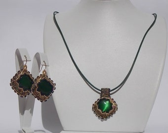 Glass beaded earrings with green cat Œil and pendant set