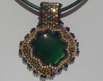 Glass beaded pendant with green cat Œil