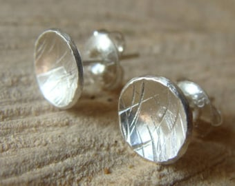 Pair of round earrings in chiseled sterling silver