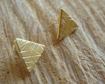 Pair of triangular earrings, chiseled, brass & silver, gilded with fine 18 carat gold