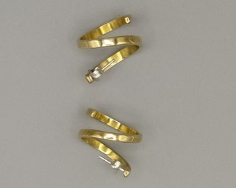 Pair of spiral earrings, in brass, satin-finished. HANDMADE