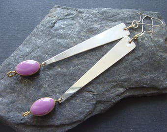 Pair of silver earrings, decorated with a synthetic violet bead