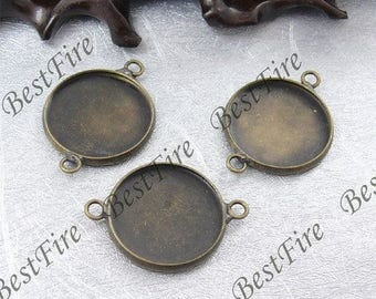 A Medallion double strapped base cabochon bronze