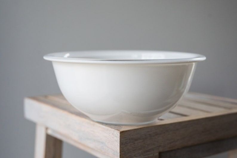 Vintage Pyrex 323 White Mixing / Nesting Bowl with lip with image 0