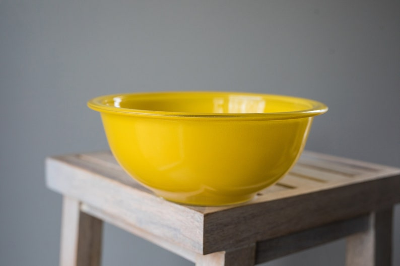 Vintage Pyrex 323 Yellow Mixing / Nesting Bowl with lip with image 0