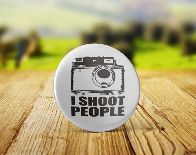 I Shoot People - 32mm Badge, Several options - Handmade in durable materials with professional finish - Photo, Photography, Photographer