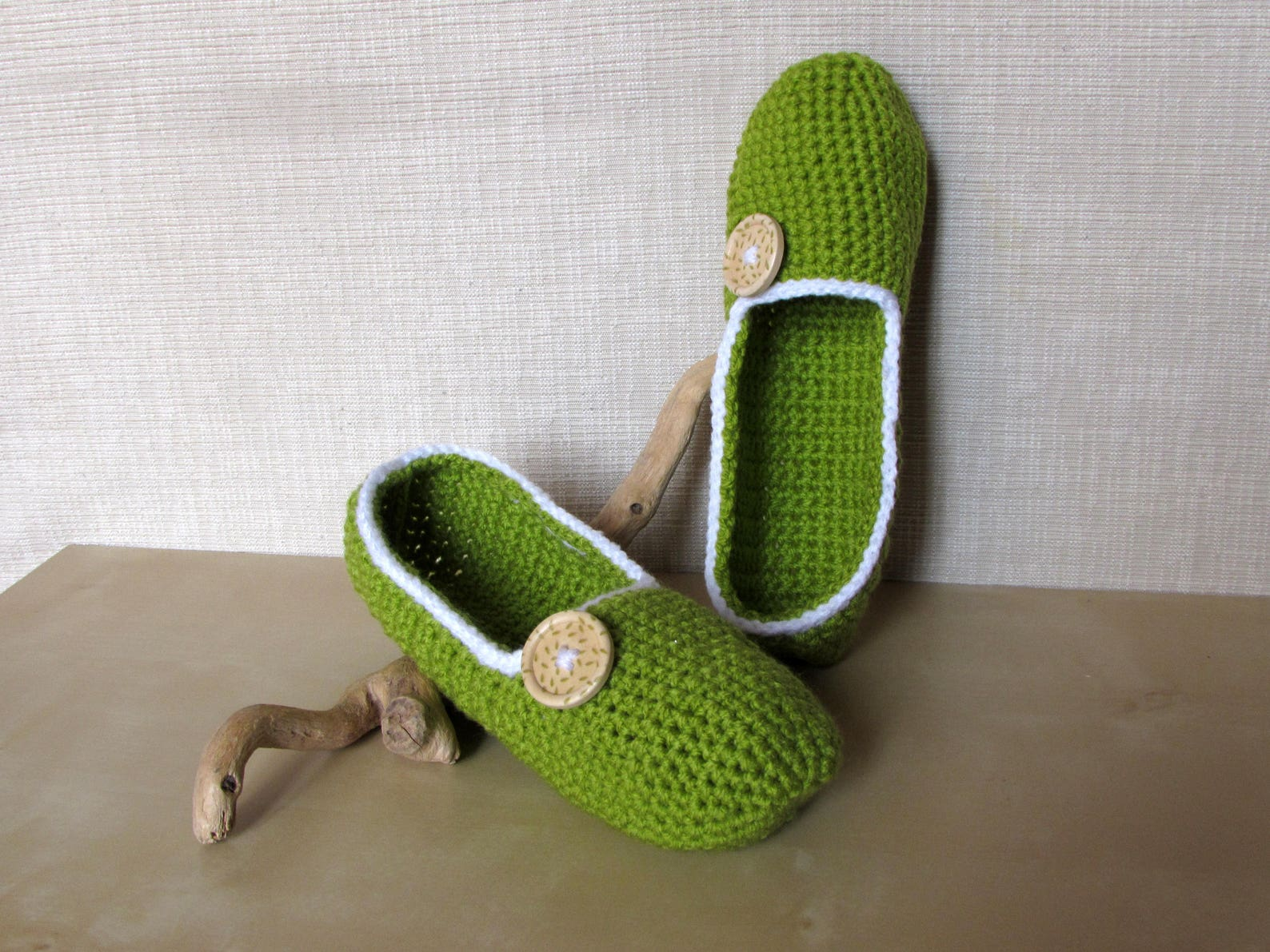 ballet flats, women's slippers, nightwear and crochet yoga in green and white acrylic with resin decoration in wood and gree
