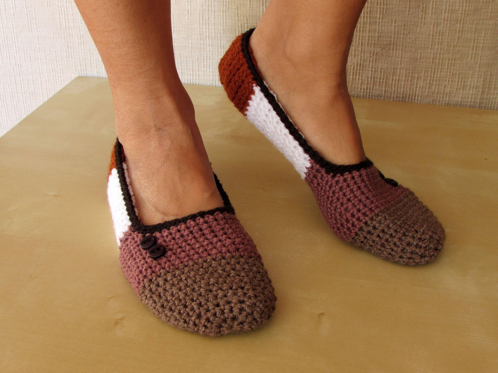 ballet flats, women's slippers, nightwear and crochet yoga in brown, antique pink, and white acrylic. decoration in wenge bu