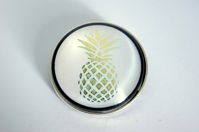 Brooch round customizableTropicalblack and gold model of Ananas