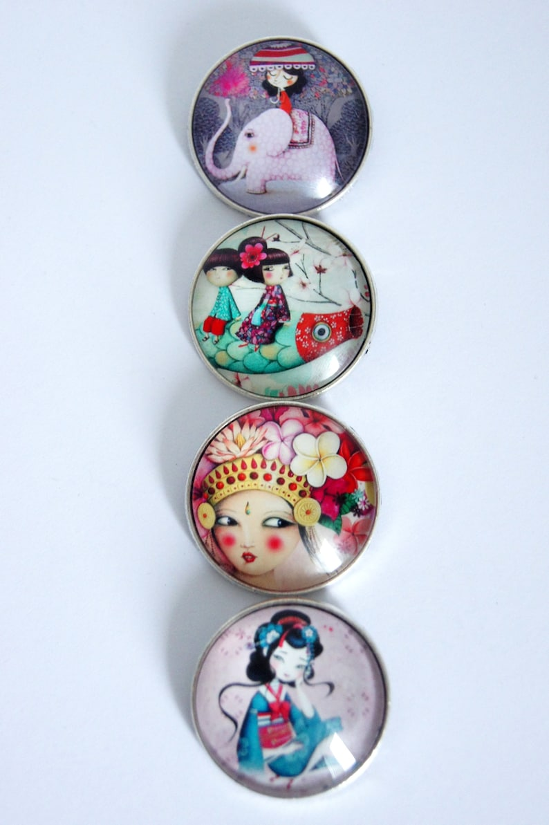 Brooch round personalized trip to Asia pattern choice image 0