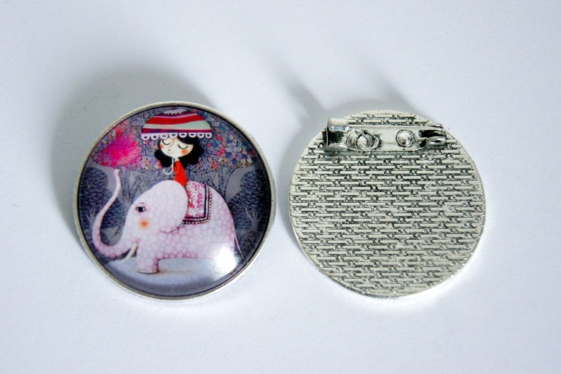 Brooch round personalized trip to Asia has an elephant image 0