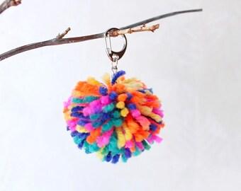 Pom pom sac charme sac décor pom pom sac pompon Pom pom porte clé pompon porte  clé Pom pom laine porte clé cadeau fierté Gay pour ami  SvB a5846d3737b