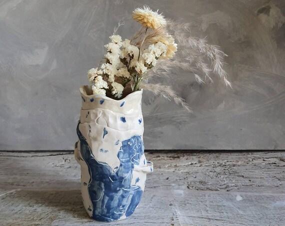 Vase taille moyenne artisanal en poterie dessin de femme blanc et bleu céramique grès