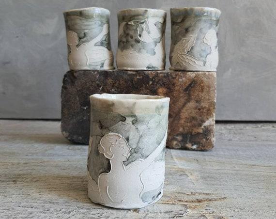 Tasse à café thé céramique artisanal gris et blanc dessin femme oiseau