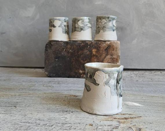 Tasse en céramique artisanal gris et blanc dessin femme lune soleil