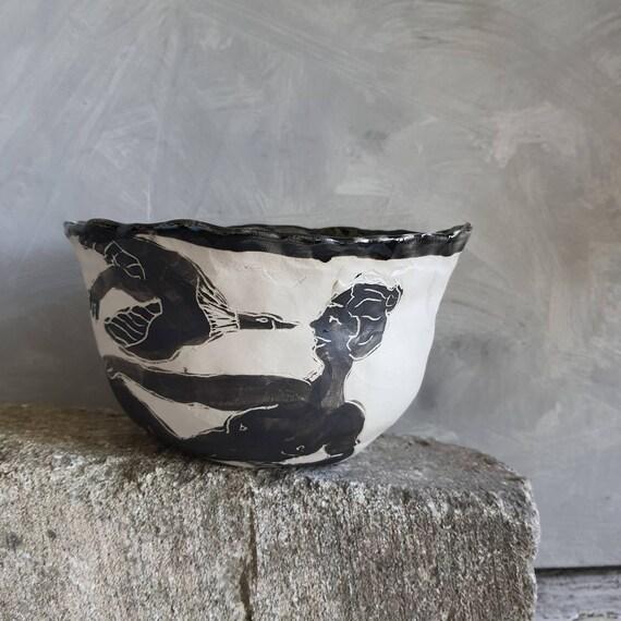 Petit saladier artisanal en poterie dessin de femme oiseau et soleil noir et blanc grand bol céramique