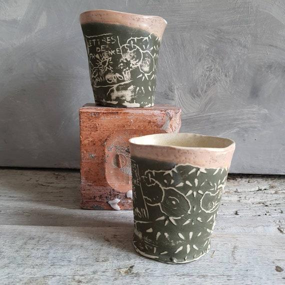 Tasse artisanal en poterie dessin d'art nature morte blanc et vert tasse café thé céramique