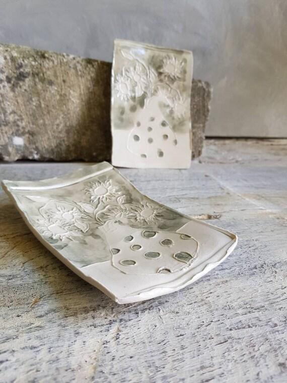 Coupelle en poterie en forme de rectangle avec dessin de tournesols gris et blanc. Petite assiette en poterie artisanale avec dessin.