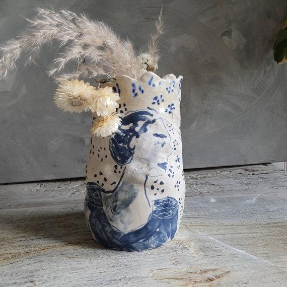 Vase taille moyenne artisanal en poterie portait de femme blanc et bleu céramique grès