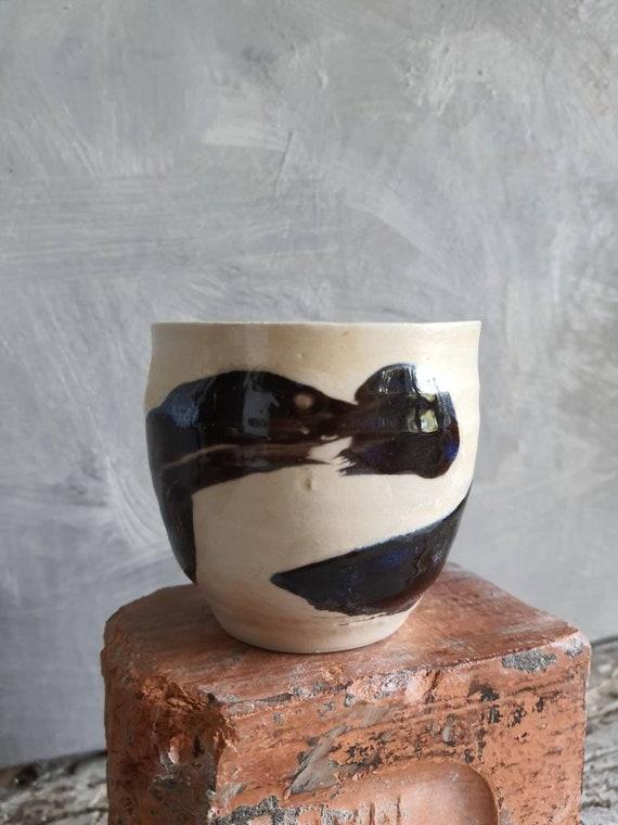 Tasse à café thé poterie artisanale tournée noir et blanc art minimaliste