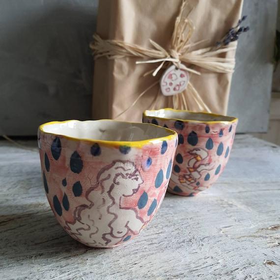 Tasse artisanal en poterie dessin de femme nu féminin lune bleu vert rose rouge jaune tasse café thé céramique