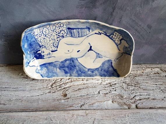 Grande assiette ovale bleue et blanche, avec dessin de femme nue.Pièce unique poterie d'art. Dessin spontanée style Matisse ou Picasso