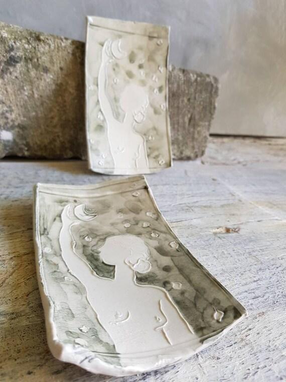 Coupelle en poterie en forme de rectangle avec dessin de femme à la lune gris et blanc. Petite assiette en poterie artisanale avec dessin.