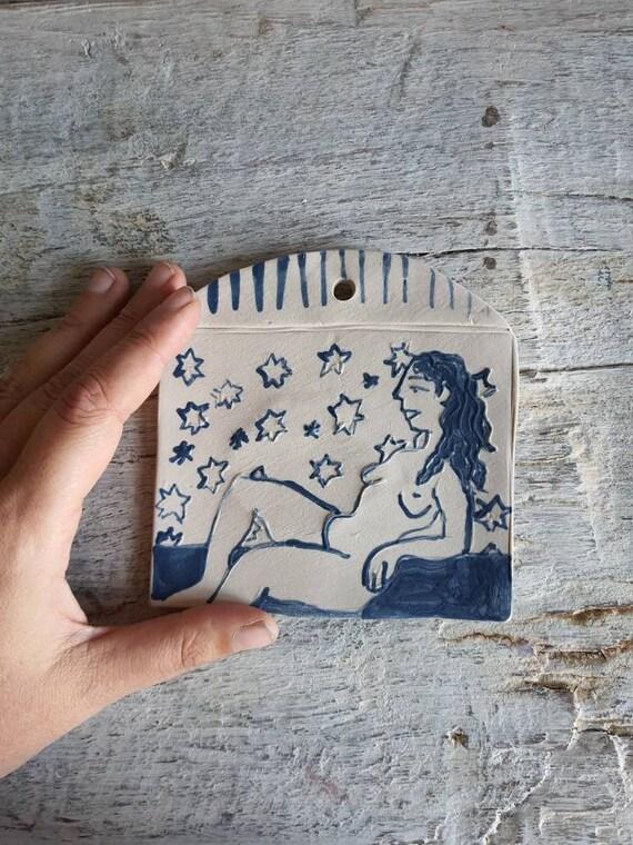 Petit tableau en poterie dessin de femme nu art blanc et bleu céramique