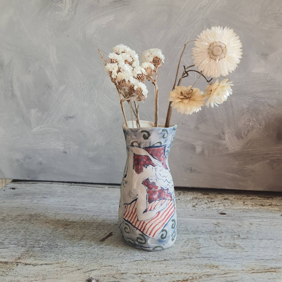 Vase artisanal en poterie dessin de femme blanc bleu rouge parme céramique grès