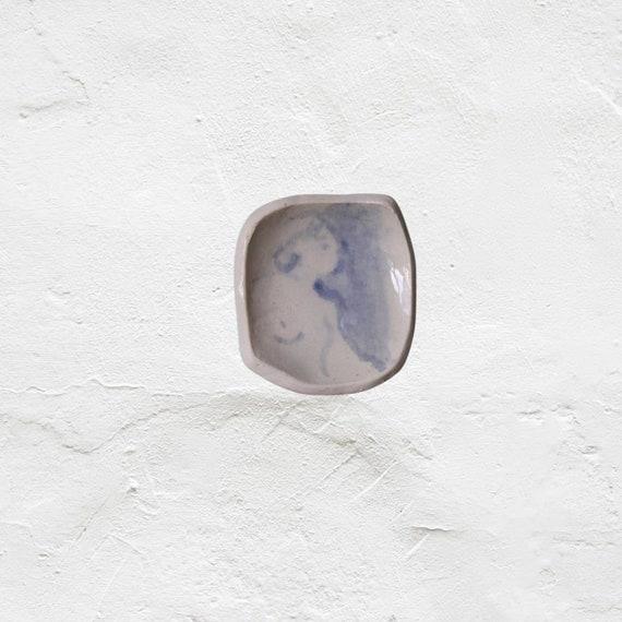 Petite coupelle en poterie dessin de femme bleu repose cuillère en céramique service à thé café