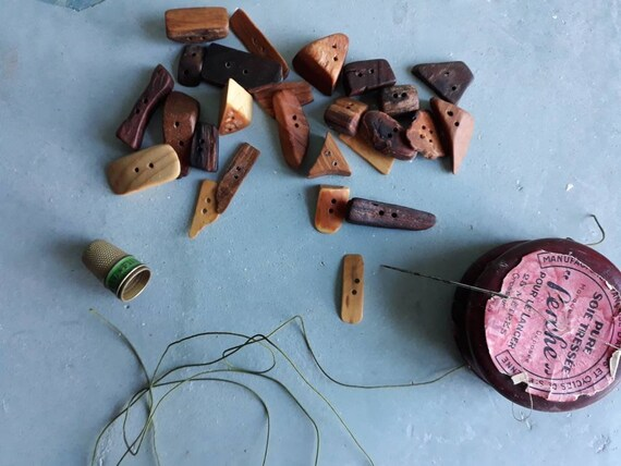 Lot de 25 petit boutons de forme divers géométrique  Fabrication française.Mélange de Bois. provenance France.