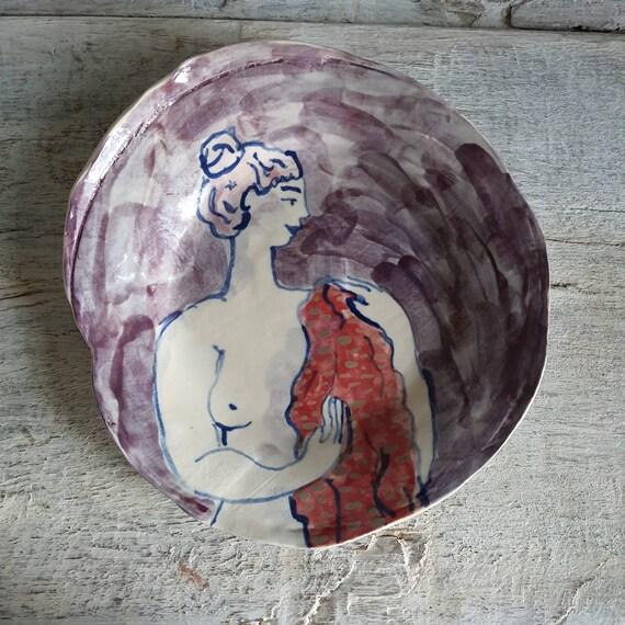 Assiette poterie artisanale bleue rouge violette verte dessin femme nue baigneuse art