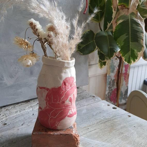 Vase artisanal en poterie dessin de femme  blanc et rouge céramique grès esquisse art nu