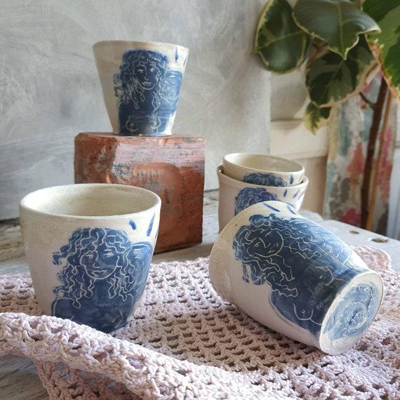 Tasse artisanal en poterie dessin de femme soleil blanc et bleu tasse café thé céramique