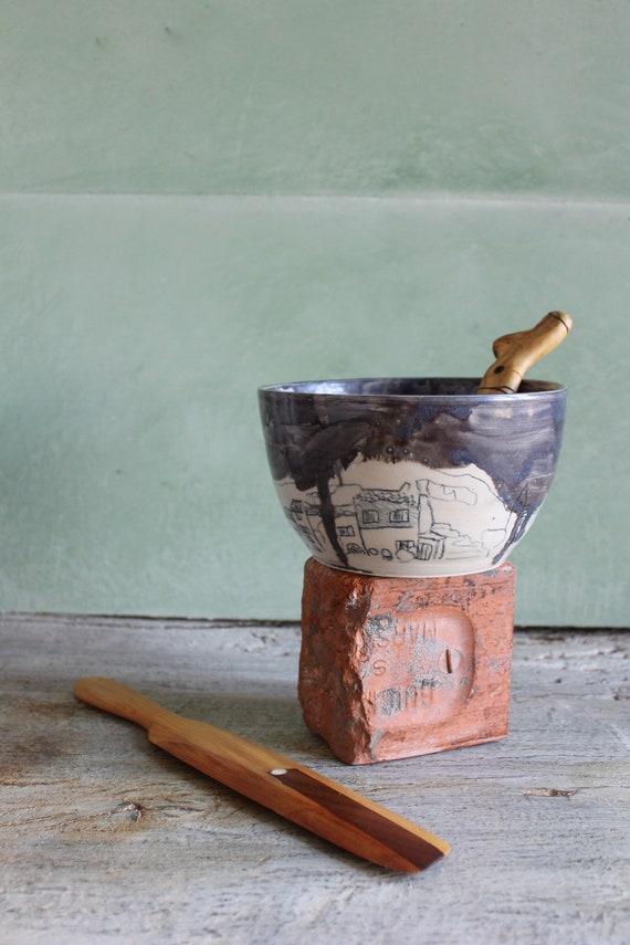 Saladier en poterie artisanale. Saladier en grès blanc avec un dessin de village. Céramique artisanale française