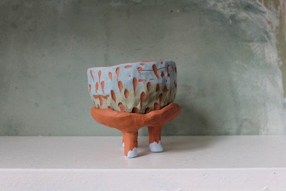 Pot de fleur en poterie rouge, décoration bleue et vertes. Pot en poterie pour plante grasse avec soucoupe à pieds