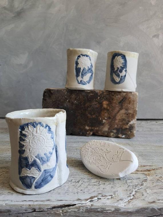 Tasse en céramique artisanal bleu et blanc dessin tournesol
