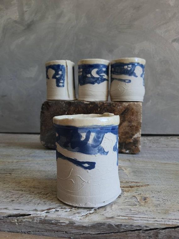Tasse en céramique bleu et blanc avec dessin. Tasse à café ou tasse pour le thé artisanal, dessin de femme avec la lune et le ciel.