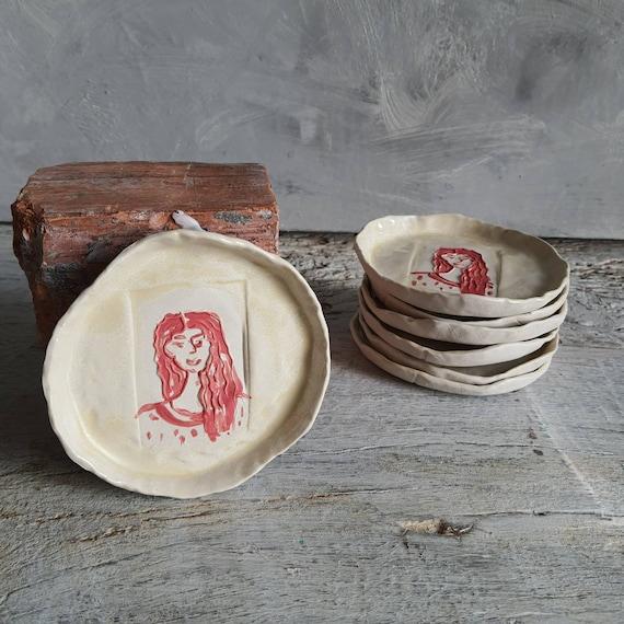 Coupelle poterie artisanale rouge et crème portrait de femme céramique grès