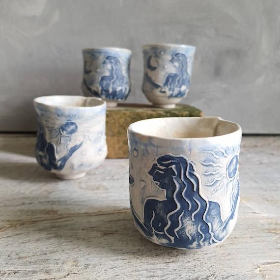 Tasse artisanal en poterie dessin de femme lune et soleil blanc et bleu tasse café thé céramique