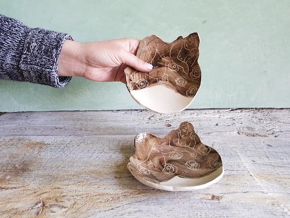 Petite assiette en grès blanc, avec dessin de femme brun gravé . Coupelle en poterie pour un usage alimentaire avec illumination.