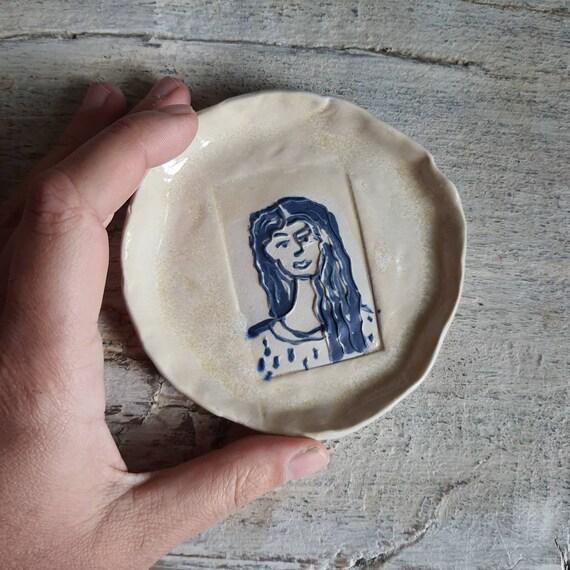 Coupelle poterie artisanale bleue et crème portrait de femme céramique grès