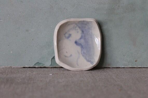 Petite coupelle en poterie , dessin bleu. Dessin de femme nu, céramique poterie artisanale.