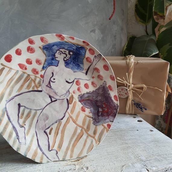 Assiette poterie artisanale rouge et bleu violette dessin femme modèle d'art plat