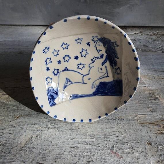 Coupelle poterie artisanale bleue et blanche dessin femme étoile féminin sacré